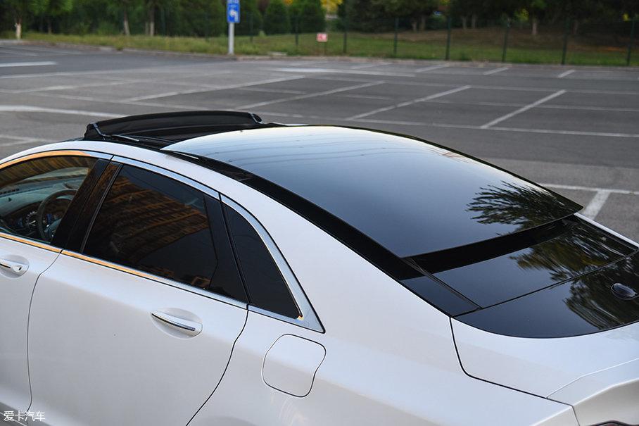 林肯MKZ H采用了独特的一体式全景天窗,不仅开启面积远超同级竞品,开启后的样子也极为拉风。