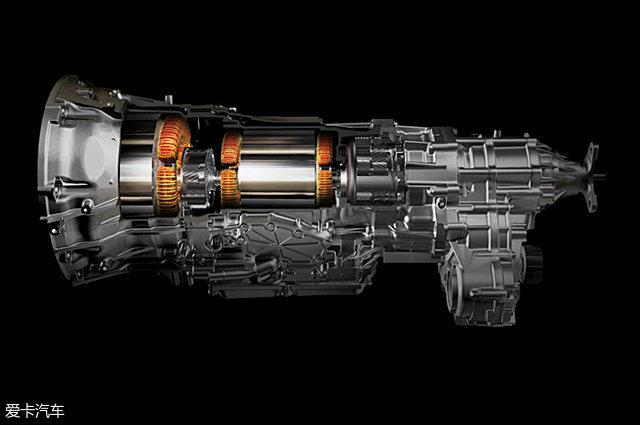 四、雷克萨斯的智·混动车型   雷克萨斯全混动科技可支持前驱、后驱、四驱等所有驱动系统,并覆盖紧凑型轿车至中大型SUV等多款车型。在先进技术的支持下,雷克萨斯有着全球范围内最为齐全的混合动力车型。根据结构的不同,雷克萨斯的智·混动车型可以大致分为4种。 1、 横置前驱平台(代表车型CT 200h、ES 300h)   横置前驱平台上的混动系统是最基础的版本,后3种结构都是在它的基础上演变而来的。这套混动系统的结构与丰田的THS混动系统基本一致,动力分割装置位于两台电机之间,它们