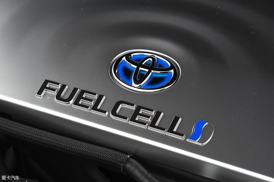 用最简单的话来描述燃料电池动力系统:用氢气储能,用燃料电池堆发电,用电机驱动。所以燃料电池有3大优势:能量密度高、补充能量快、行驶安静平顺。