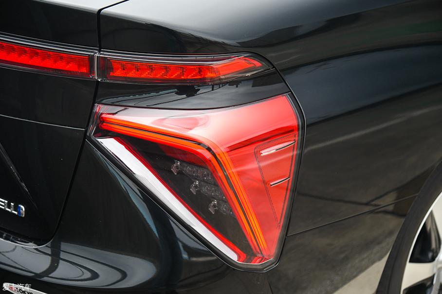 尾灯采用了全LED光源,在其侧面有丰田标志性的导流鳍片。