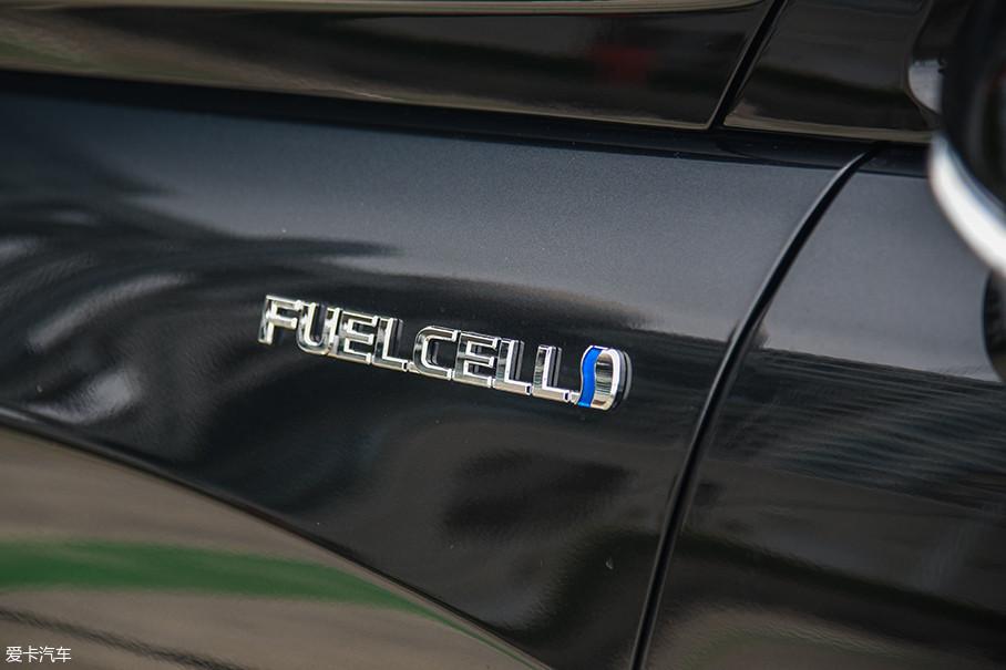 翼子板上的FUELCELL标识说明了它的特殊之处:这是一款少见的燃料电池汽车。