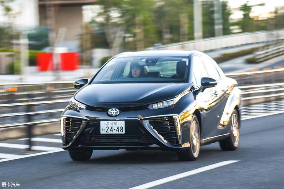 燃料电池系统的主要作用是储能和发电,驱动车辆前进的是电动机。所以在行驶性能上,燃料电池汽车和纯电动汽车是完全一样的,它们都很安静、平顺,起步都非常快。