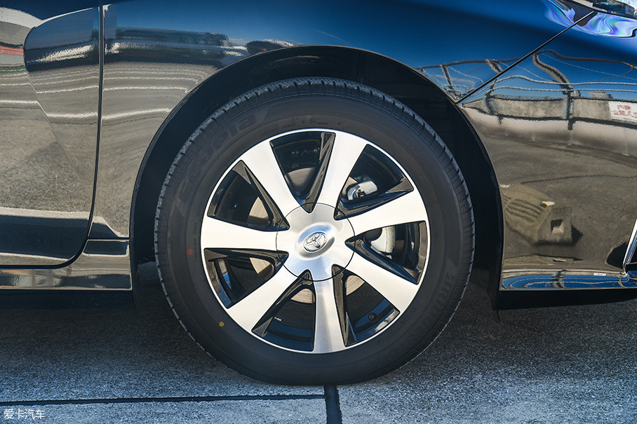 Mirai的7辐轮圈造型比较平淡,与之配合的是普利司通Ecopia系列低滚阻轮胎,规格为215/55 R17。