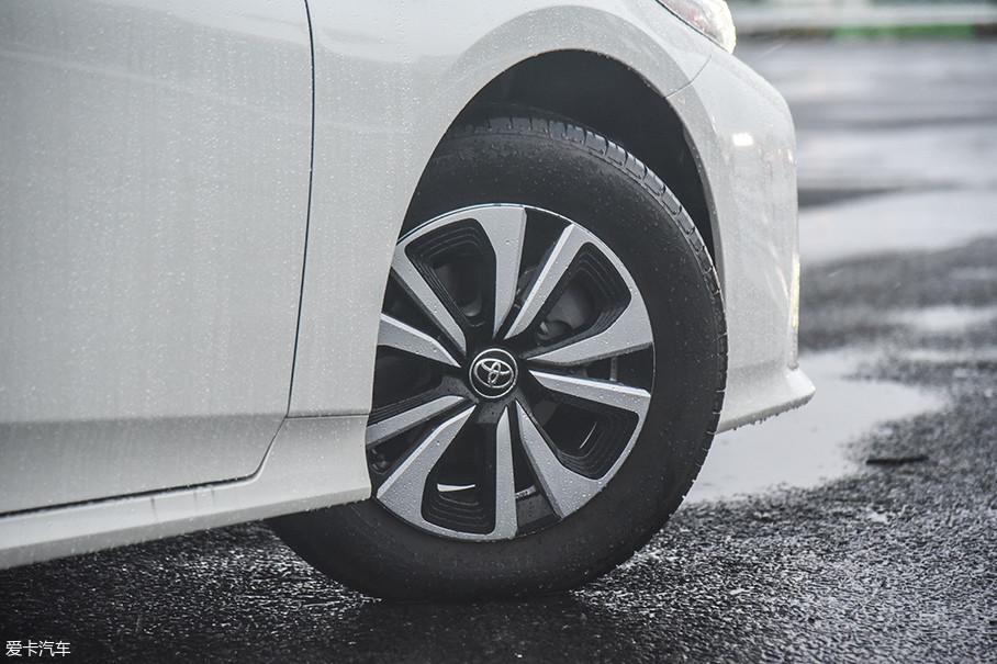 普锐斯PHV的轮圈样式较多,我们的这台搭载了一款颇有运动气息的10辐轮圈,与之搭配的是普利司通Ecopia系列低滚阻轮胎。