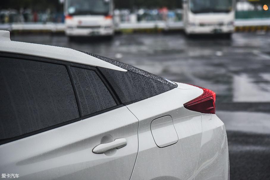 普锐斯PHV采用了悬浮车顶的设计,C柱和车窗融为一体。前低后高的腰线营造出俯冲的姿态。