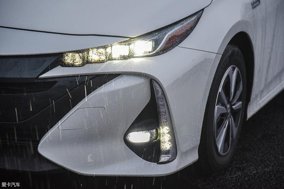 狭长的灯组内是4枚LED光源,具备弯道辅助照明和自适应远光灯功能。下方纵向的LED灯带则是日间行车灯和转向灯。