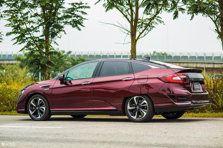 为了增加续航里程,Clarity Fuel Cell非常注重空气动力学,在车身四周随处可见降低风阻的细节设计。
