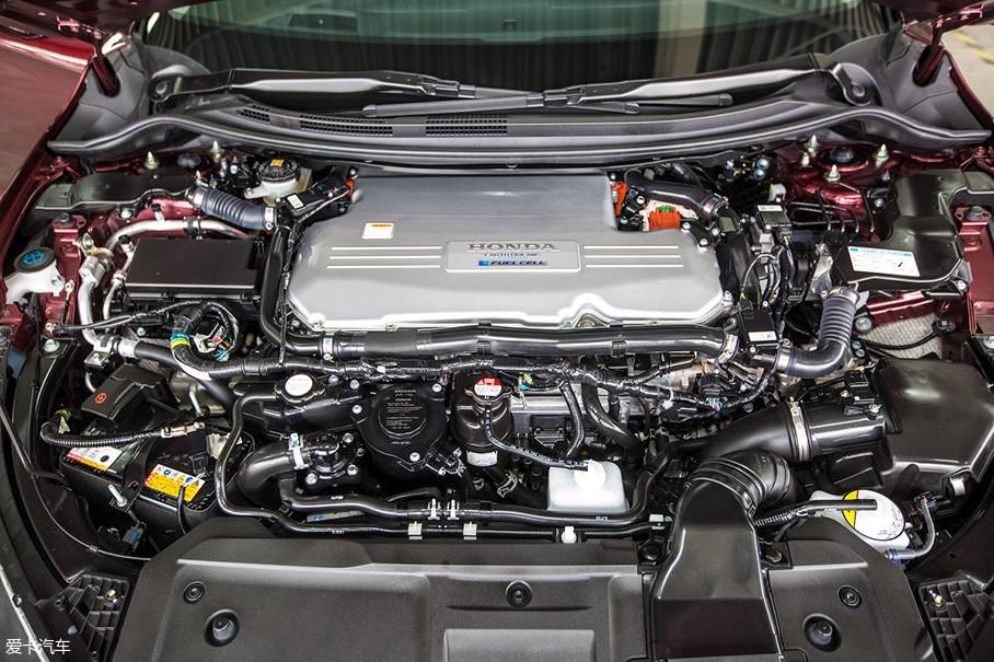 Clarity Fuel Cell把整套燃料电池动力系统全部布置在了前舱之中,它也是首款实现这种布局的燃料电池轿车,这对小型化和集成化有着很高的要求。