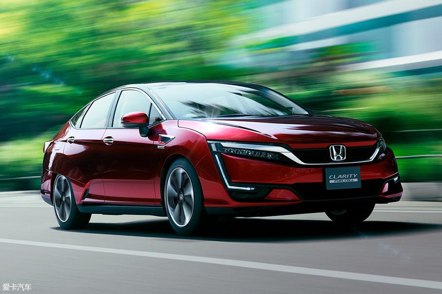 燃料电池汽车和纯电动汽车一样,都是完全零排放的车型。它们的动力都来自于电动机,但是储能的设备有很大区别。中国大力发展纯电动汽车,日本厂商则在燃料电池技术上投入了很多研发力量。