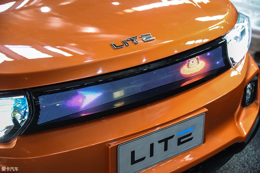 "LITE的前格栅完全被一块屏幕所取代,可以显示多种个性化的信息。实际上,LITE在设计上最大的亮点就是""五联屏"",其中两块屏幕在车外,三块屏幕在车内。"