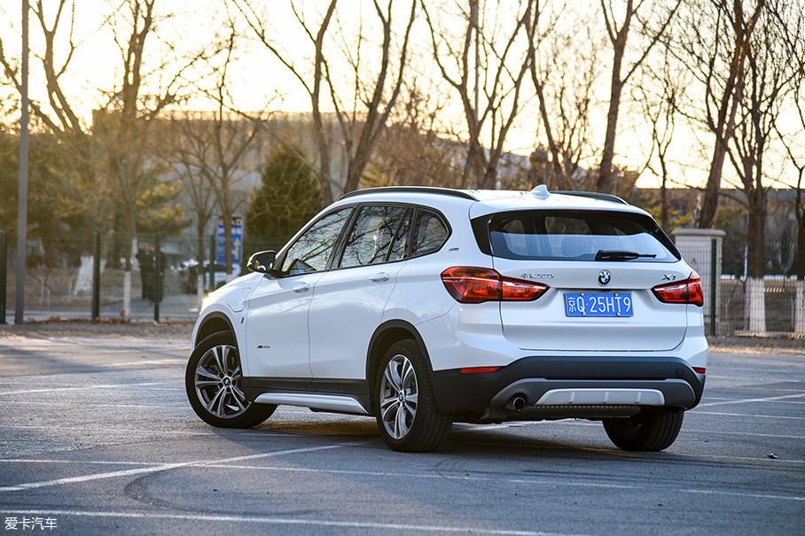 X1插电混动车型采用了单边单出的排气,与采用1.5T发动机的X1 sDrive18Li车型一致。车身四周的黑色包围以及尾部的银色饰板突出了SUV车型的野性。