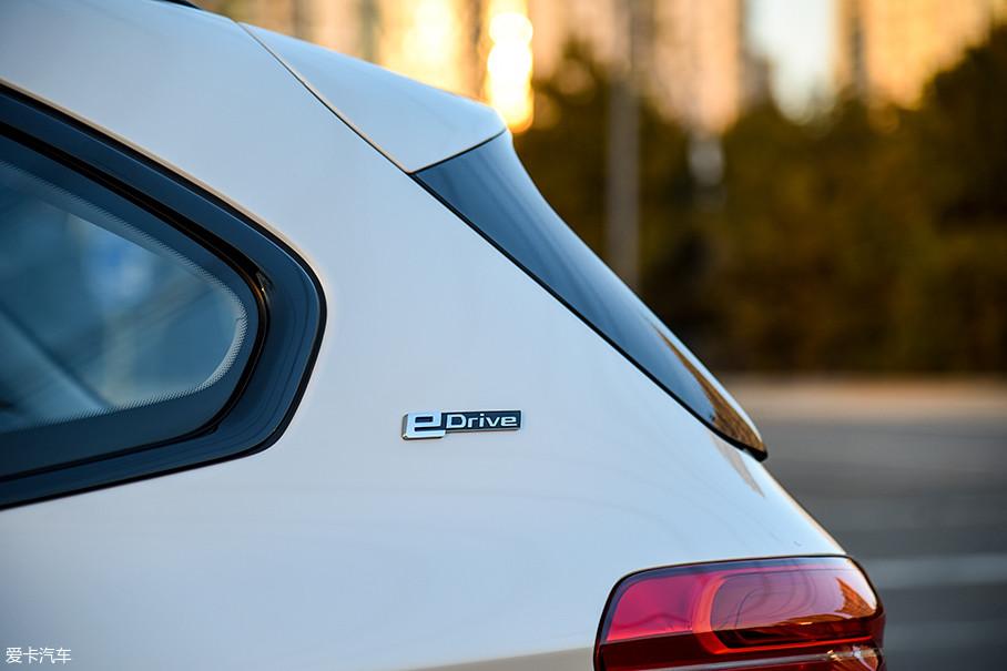 "X1插电混动车型的尾标很简单,只有""华晨宝马""、""X1""的字样。但是在D柱上有醒目的eDrive标识,表明了它新能源汽车的身份。"