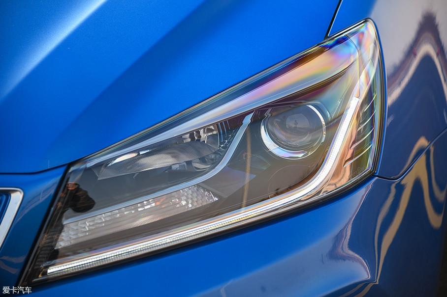 灯组的造型比较普通,但是其内部的设计可圈可点,条状的LED日间行车灯提升了整车的颜值。