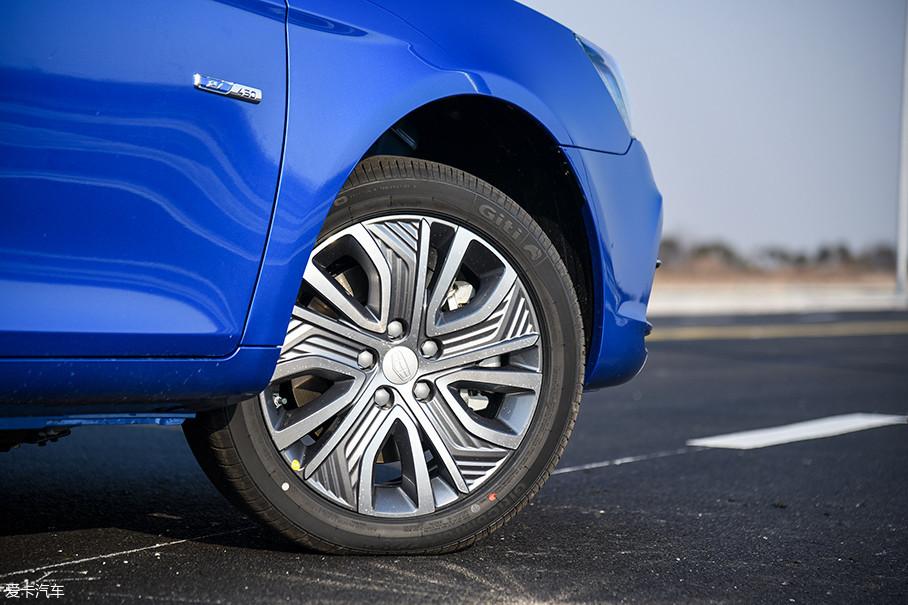 帝豪EV450采用了全新设计的五辐铝合金轮圈,造型非常抢眼。与之搭配的是来自佳通的Comfort 228系列轮胎,规格为205/50 R17。