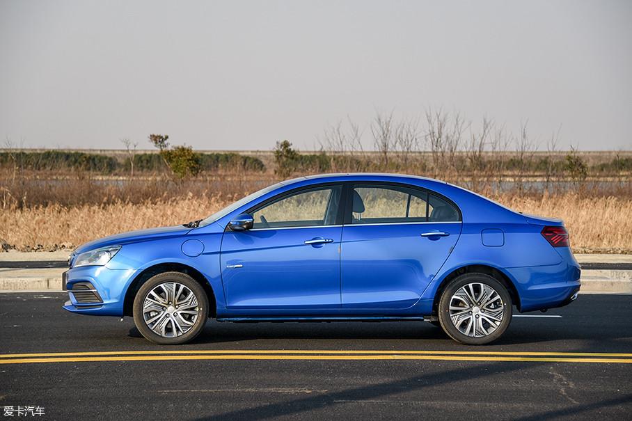 帝豪EV450的长宽高分别是4631mm/1789mm/1495mm,与老款车型相差无几,而它的轴距也依然保持在了2650mm。