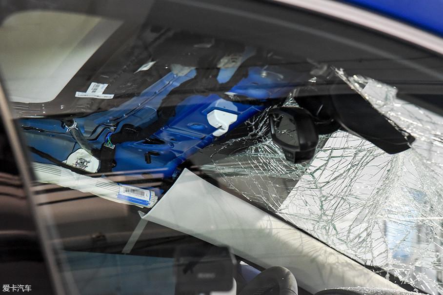 从车辆内部观察,驾驶员的头部空间并没有被明显挤压,整个结构基本完好,天窗也没有出现碎裂。