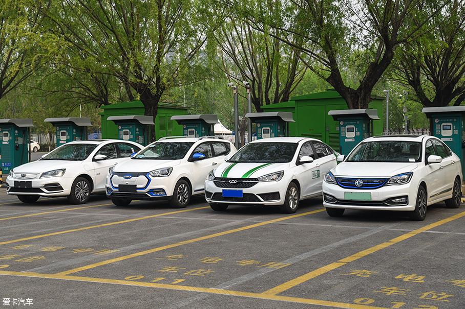吉利帝豪EV450、江淮iEV7S、奇瑞艾瑞泽5e、东风风神E70都是在过去一年里上市的纯电动汽车。我们将在最贴近生活的实际路况中对它们的续航里程进行测试。