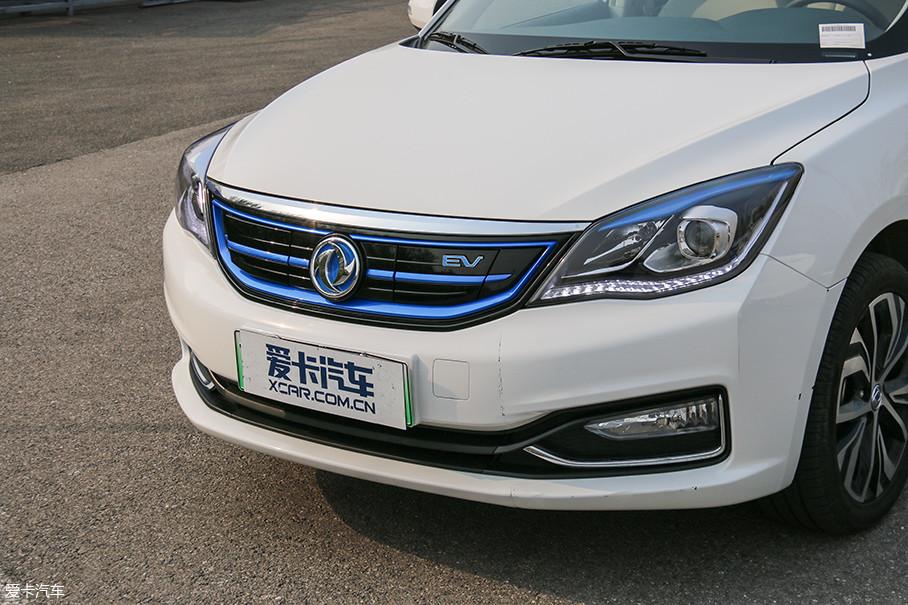 东风风神E70的外观带有明显的新能源特征,车标、中网、灯组里都大量采用了蓝色饰条。