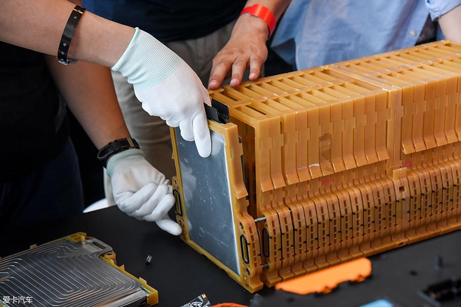把若干个MINI堆垛单元连接起来,就形成了一个电池模组。别克VELITE 6的动力电池组由2个电池模组构成,其中每个电池模组包含52个电芯。