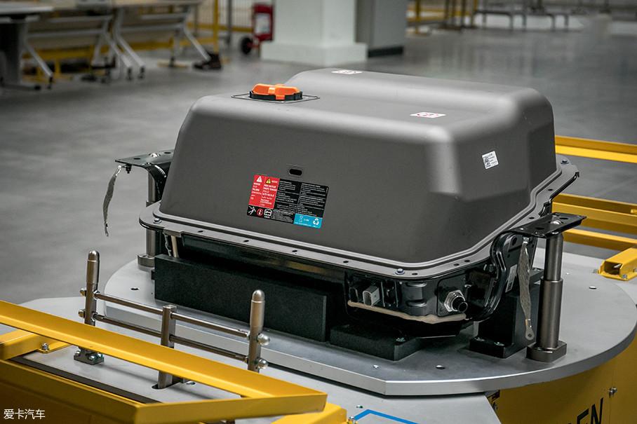 最后需要盖上由高强度V0级SMC复合材料制造的电池组上盖。电池组的上盖和托盘严丝合缝,令别克VELITE 6的电池组具备了IP67级防水能力。