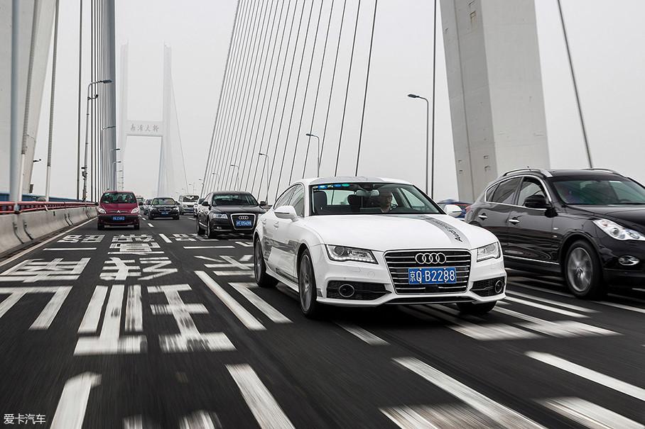 除此之外,奥迪还把A7自动驾驶测试车开到了上海的街道上,引起了不小的轰动。