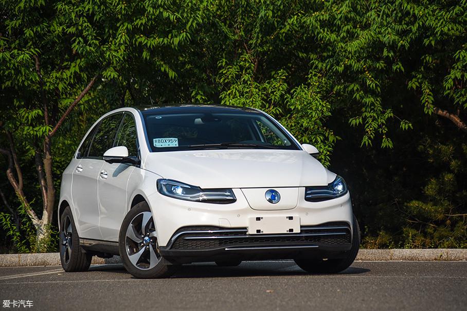 腾势500是腾势家族的最新车型,它于今年3月正式上市,补贴后售价为29.88-32.88万元。腾势500不仅将综合工况续航里程提升到了453km,它在外观内饰上也有不小的变化。