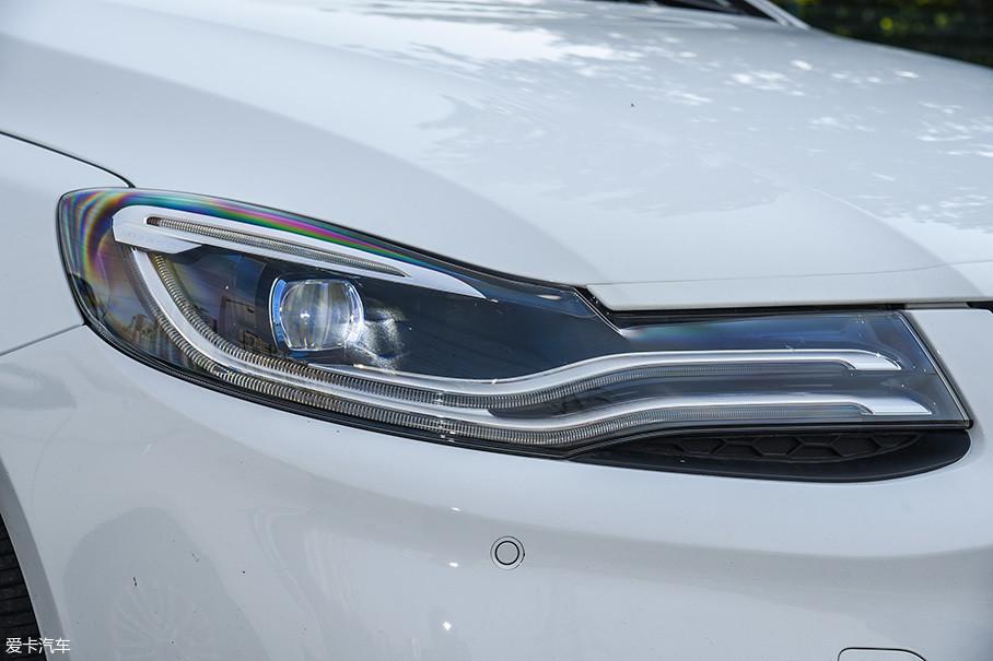 腾势500的灯组采用了全新的设计,超长的LED日间行车灯带来了很高的辨识度。