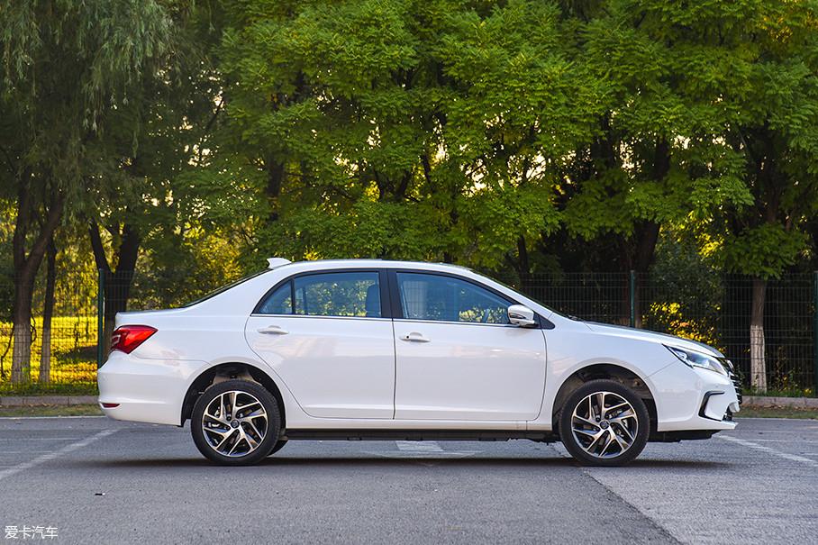秦EV450的外部尺寸为4740mm×1770mm×1490mm,轴距则是2670mm。新车的尺寸和外部轮廓都与老款车型一致。