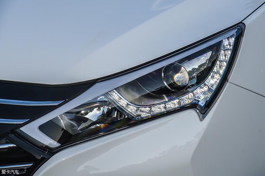秦EV450的大灯依然采用了类似古代冷兵器的造型,非常犀利。灯组的配置是卤素光源的远光/近光灯,以及LED日间行车灯。