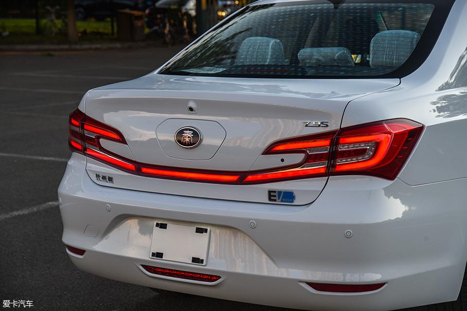 尾灯依然采用了独特的不规则贯穿式造型,不过在灯组内部,点状的LED灯被替换为LED灯带,视觉效果更加出色。