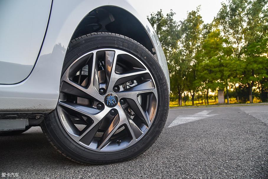 秦EV450采用了新款的五辐轮圈,造型非常出色。我们这台高配版车型配备了米其林的Primacy 3ST浩悦轮胎,规格为205/50 R17。
