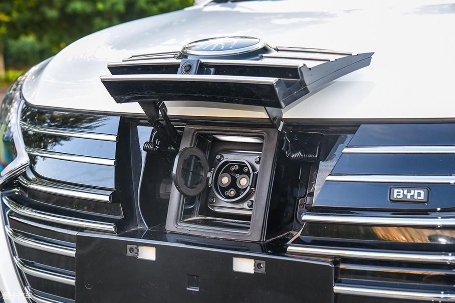 在前脸处的Logo下方,依然隐藏着直流快充接口。不过,由于电池和车载充电机的变化,交流慢充接口被移到了车身左后方。在老款车型上,这两个充电接口是并排布置在前脸处的。
