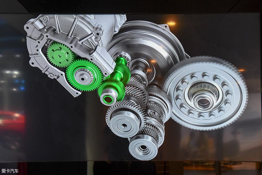 万万没想到的:电机通过齿轮组与双离合变速箱的一根变速轴相连,