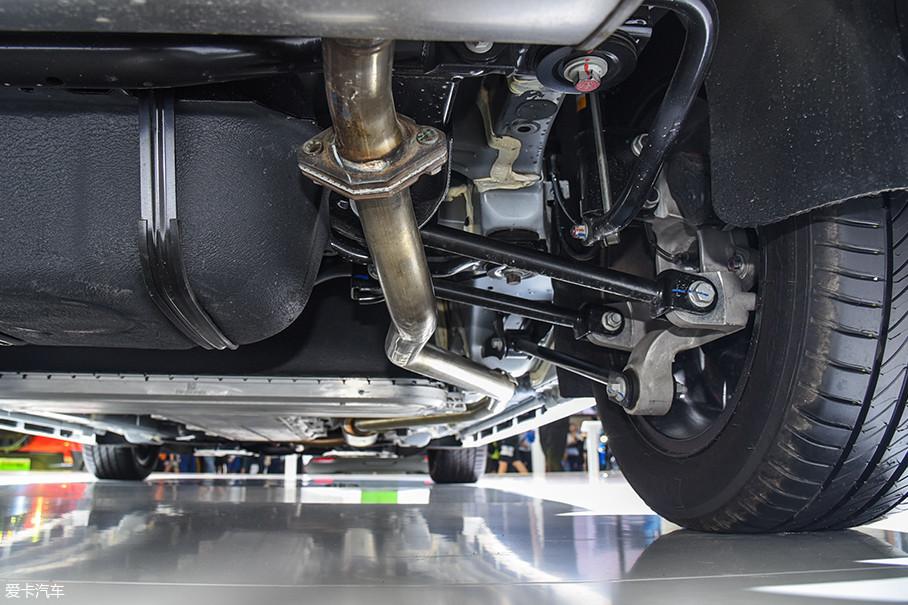 秦Pro全系车型的前悬挂均为麦弗逊结构,而后悬挂则有两种形式:低配车型采用扭力梁非独立后悬挂,调校偏舒适性;高配车型采用的则是多连杆独立悬挂,在保证舒适性的同时提升了操控性。