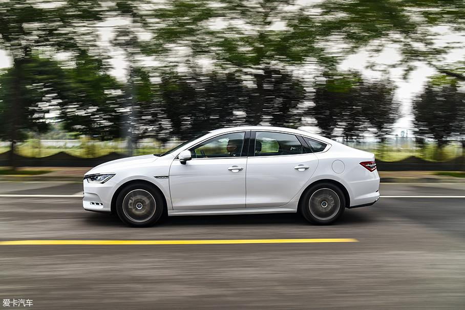 在加速性能方面,秦Pro DM保持了比亚迪DM车型的一贯优势,它的0-100km/h加速时间仅为5.9s,这一成绩已经快过了绝大部分标榜运动的车型。