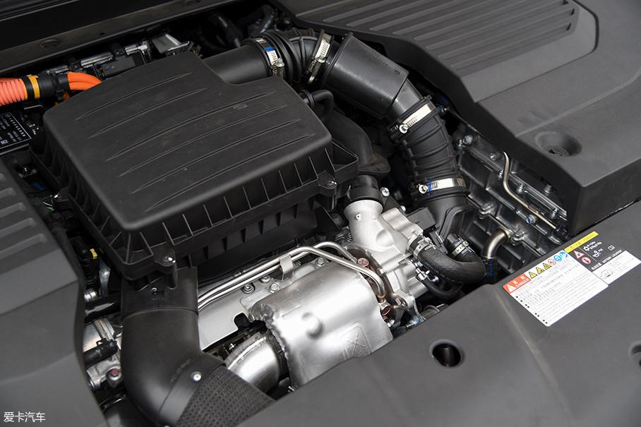 在秦Pro DM的这套混动系统中,发动机是一台缸内直喷的1.5L涡轮增压发动机,最大功率为113kW(154Ps),最大扭矩为240Nm;P3电机的最大功率为110kW(150Ps),最大扭矩为250Nm。