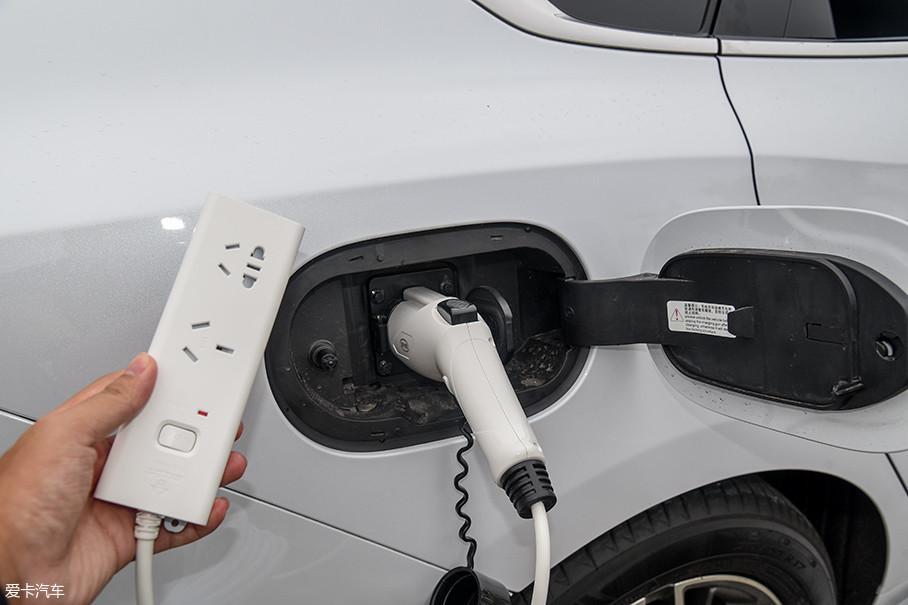 秦Pro DM的充电口位于车身右后方。这是一个交流慢充口,充电功率为3.3kW。通过专用的线材,秦Pro DM可以实现外放电功能,利用车辆电池组为各种电器提供电能,最大输出功率也是3.3kW。