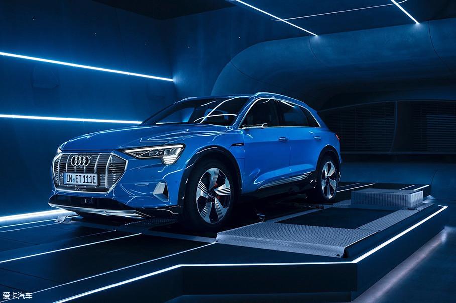 从2015年到现在,e-tron酝酿了足够久的时间。这既是为了对车辆完善,也是为了等待豪华纯电动汽车市场的启动。今年9月,BBA先后发布了新能源新车,看来大家都认为时机已经成熟了。