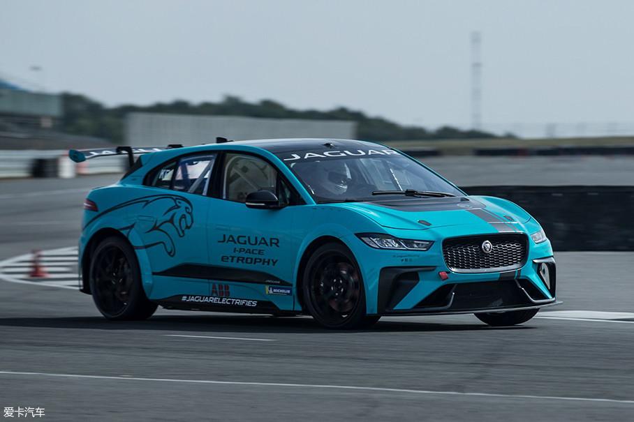 Formula E的新赛季即将在12月拉开帷幕。在新的赛季我们不仅能够看到极具科幻色彩的捷豹I-TYPE 3赛车,还将看到大量以I-PACE纯电动SUV为原型的捷豹eTROPHY赛车。