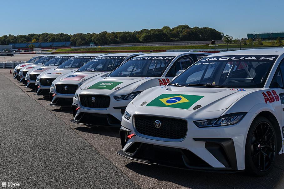 eTROPHY是由捷豹和Formula E主办方共同举办的一项单一车型赛事,参赛车辆是由捷豹统一提供的I-PACE eTROPHY赛车。来自全球各地的10支车队、20辆赛车将参加这项赛事的角逐。