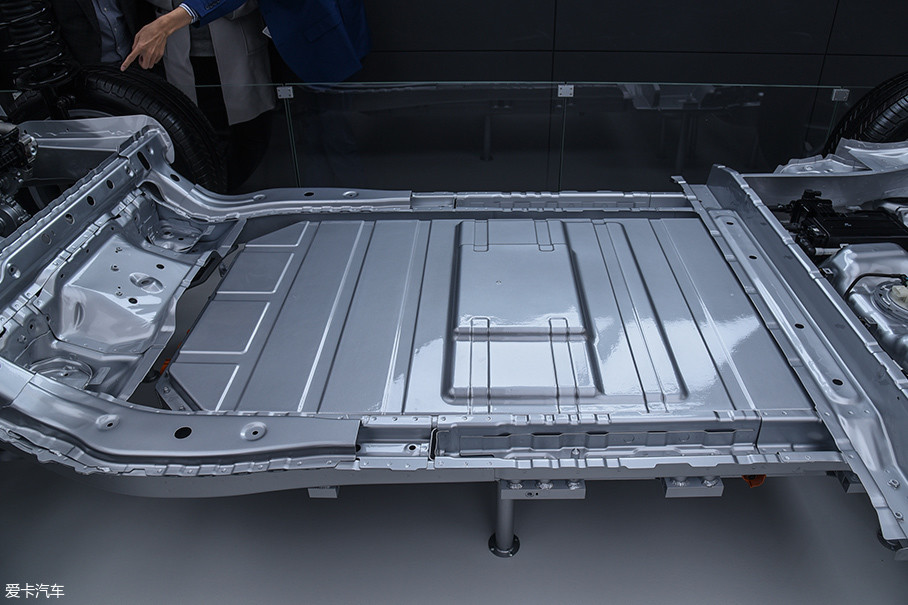 车辆理所电�_在车辆底盘下方有一块宁德时代的三元锂电池组,容量40.