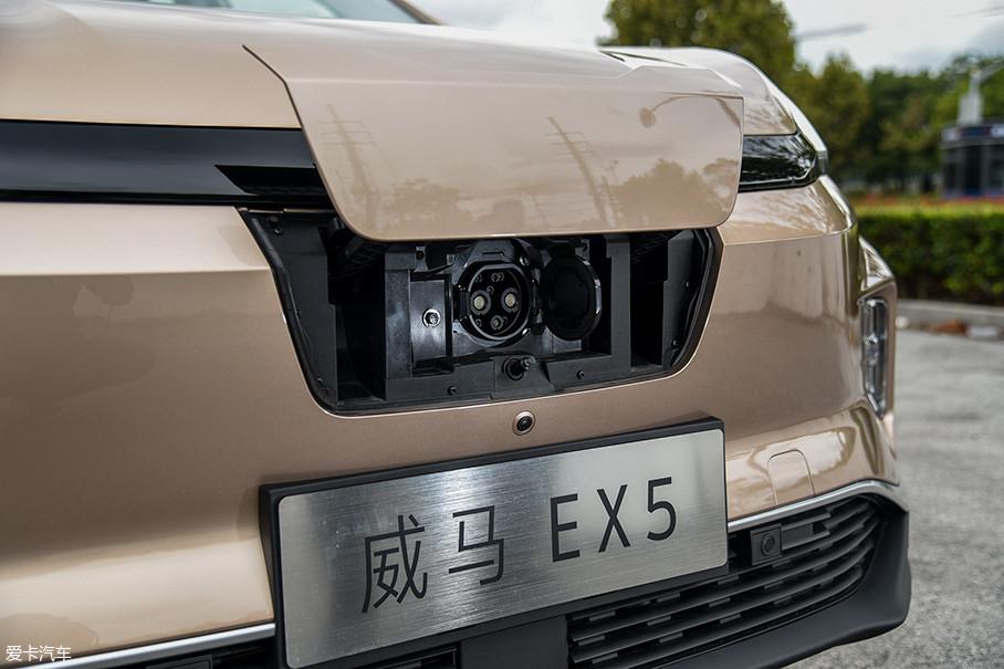威马EX5的直流快充接口位于车头处的保护盖下方,边上有一个辅助照明灯,方便用户在夜间进行充电操作。