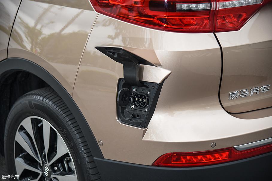 威马EX5的慢充接口位置非常独特,位于车身的左后方靠下的位置。EX5 500车型可以选装双向充电机,能够为各种电器提供电能。遗憾的是,EX5 300和EX5 400是没有这项选装配置的。