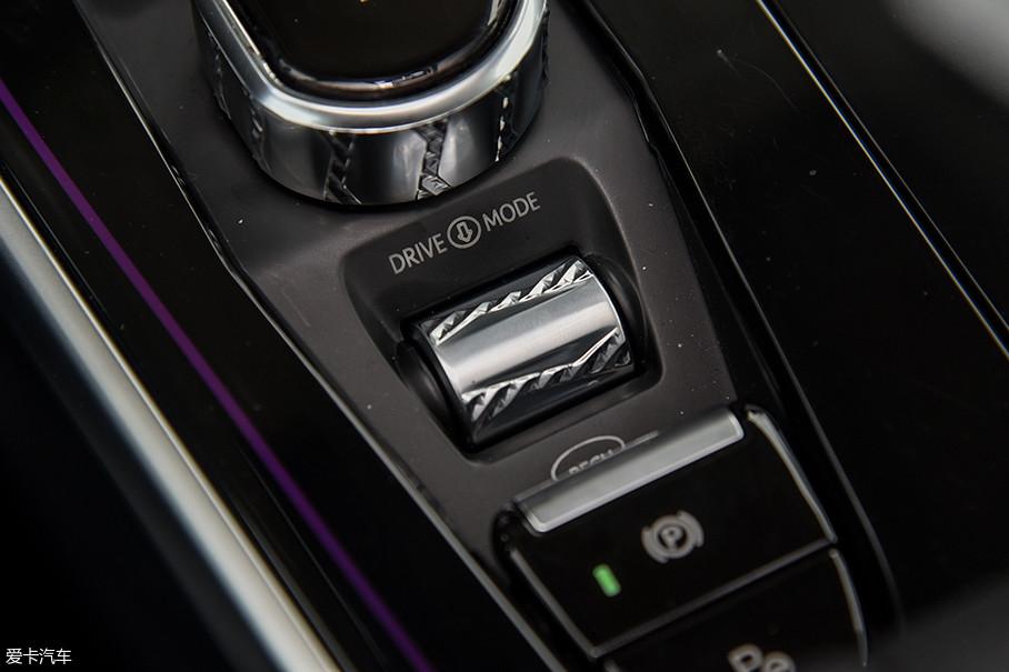 威马EX5有两种驾驶模式(ECO、SPORT)和三挡能量回收强度(关闭、1挡、2挡),都通过换挡旋钮后面的滚轮来调节,按下可切换驾驶模式,前后滚动可以调节能量回收强度。