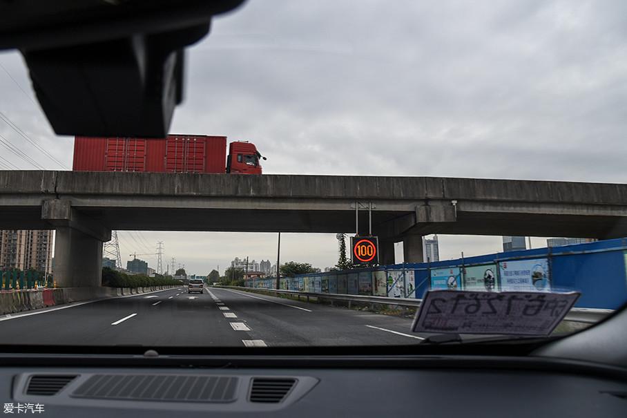 测试在上海进行,高速工况测试的道路主要是外环高速、绕城高速和沪芦高速。大部分路段的限速为100km/h,其他部分的限速则是80km/h。测试时道路通畅,基本没有遇到拥堵。