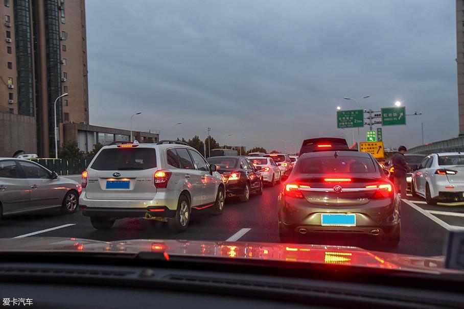 城市工况测试的主要道路为上海的内环高架。由于时值周末,大部分路段并不是很拥堵,但是也有不少考验耐心的路段。在这项测试中,我们行驶了119km,平均时速约49km/h。