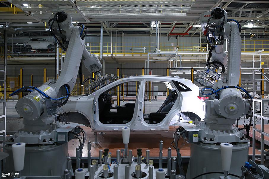 车身对续航和安全同样起着关键的作用,续航要求轻量化,安全要求高强度。为了满足这些需求,EX5的车身由多种材料制成,其中高强度钢的应用比例达到了75.2%。在门板内侧、防撞梁、A柱、B柱等关键部位,还专门进行了强化。