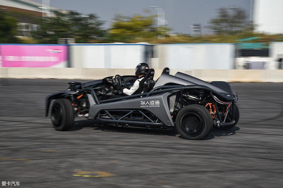 四轮转向轮毂电机技术带来的还有安全性的提升,每个车轮的扭矩都可以单独控制,在湿滑路面上的表现更加可控。