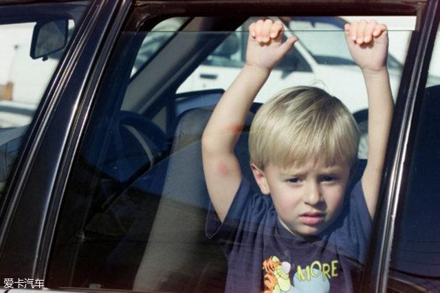 不要把孩子单独留在车内
