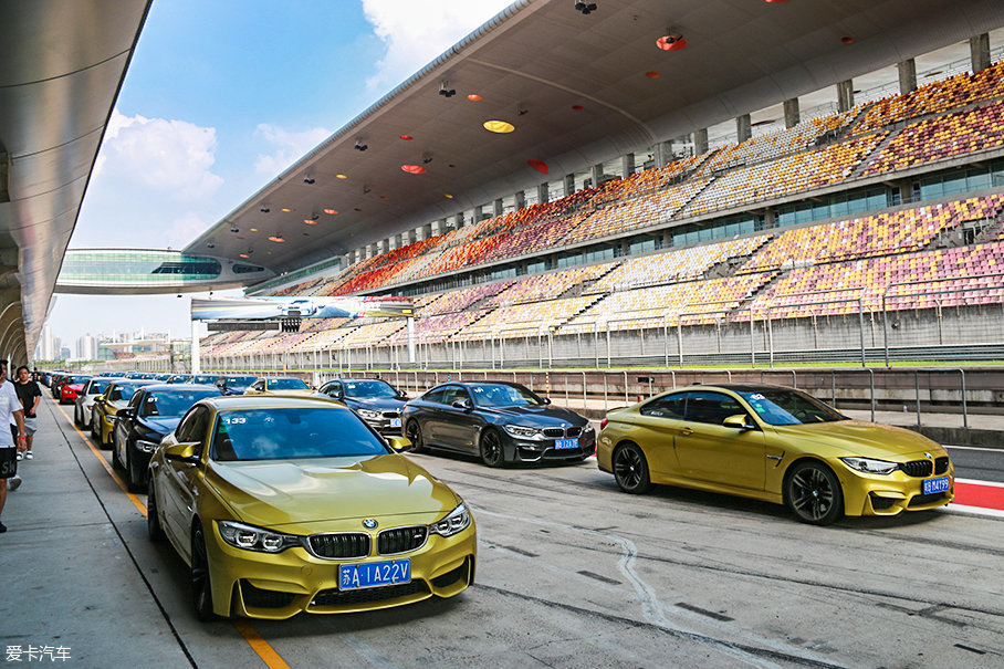活动内容非常丰富。首先,车主可以将自己的M开到赛道上,在培训师的指导和带领下感受上海国际赛车场的魅力。